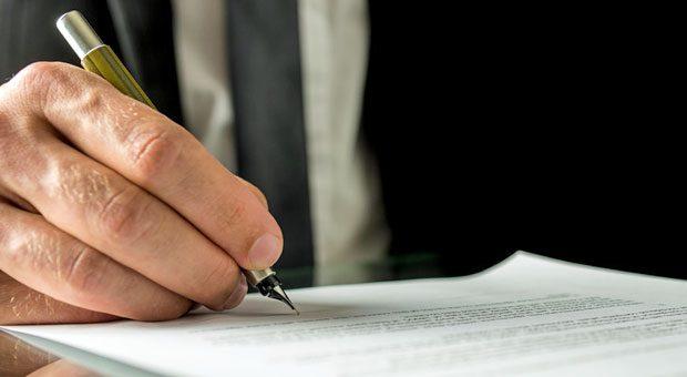 Nach der Einigung bei der Erbschaftsteuerreform können Firmenbesitzer beruhigt ihr Testament aufsetzen und ihren Angehörigen das Unternehmen vererben: Familienunternehmen werden steuerlich geschont.