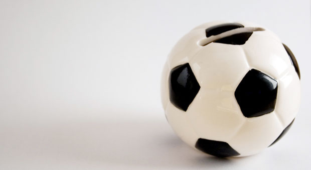 Statt ihr Geld in eine Spardose zu stecken, können treue Fußballfans ihren Vereinen Geld leihen. Die Vereine werben mit hohen Zinsen.