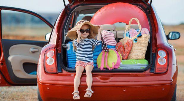 Mit Kind und Kegel: Für einen tollen Urlaub braucht man oft eine Menge Gepäck. Chaos im Kofferraum kann Unfälle verursachen, deshalb ist es beispielsweise wichtig, schwere Koffer unten zu verstauen.