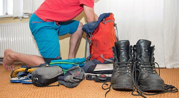 Bergstiefel, Hüttenschlafsack, Lampe, Flip Flops und warme Kleidung: Eine Hüttentour sollte gut vorbereitet werden.