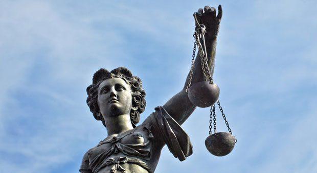 Welches Gehalt steht einem Mitarbeiter mit einem Praktikumsvertrag zu, wenn er über lange Zeit in einer Firma arbeitet ? Darüber hat nun das Landesarbeitsgericht in München entschieden.