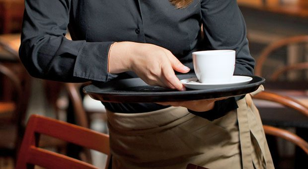 Wegen der Mindestlohnerhöhung dürfte diese Kellnerin ab 2017 mindestens 8,77 Euro pro Stunde bekommen.