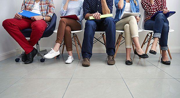 Die rote Hose finden Sie voll daneben fürs Bewerbungsgespräch? Gegen die skurrilen Anekdoten einiger Personalchefs wirkt das Outfit geradezu harmlos.
