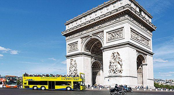 Mit dem Touristenbus zum Arc de Triomphe? Muss nicht sein - viele Sehenswürdigkeiten in Paris sind mit dem normalen und viel günstigeren Linienbus erreichbar.
