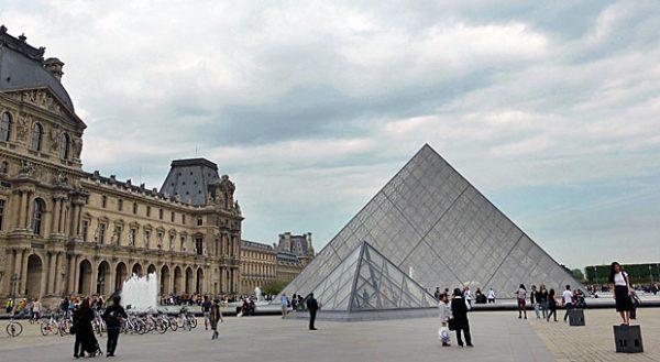 Im Louvre bilden sich vor den Kassen in der Regel lange Besucherschlangen - wer einen Museumspass hat, kann dagegen einen gesonderten Eingang benutzen.