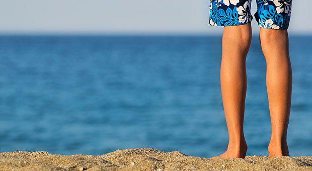 Ab an den Strand! Urlaubsgeld zahlt der Arbeitgeber in der Regel als Extra, damit sich der Arbeitnehmer den Urlaub leisten kann.  Eine Rückzahlung bei Kündigung kann er daher nicht fordern.