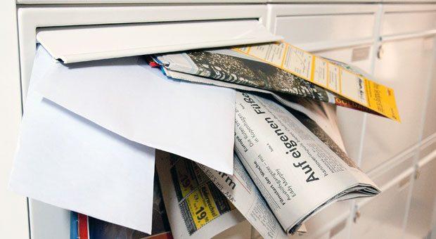 Ein voller Briefkasten ist ein Zeichen für Einbrecher, dass die Besitzer im Urlaub sind. Bestellen Sie deshalb Zeitungen in der Zeit Ihres Urlaubs ab oder bitten Sie Freunde oder Nachbarn den Briefkasten zu leeren.