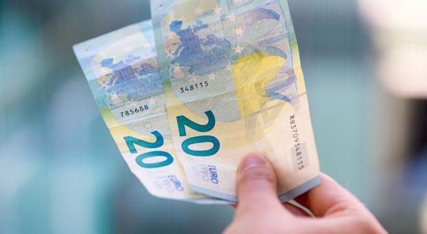 40 Euro dürfen Arbeitnehmer ab Juli 2016 fordern, wenn ihr Gehalt zu spät überwiesen wird. Das gilt auch schon bei Verzögerungen von  einem Tag.