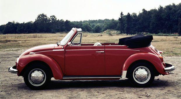 """Auf Platz eins der KBA-Statistik liegt mit mehr als 32.000 Exemplaren der VW Käfer, bekannt für Solidität, Qualität und Langlebigkeit. """"Was für den Käfer gilt, gilt auch für das Käfer Cabrio"""", sagt Eberhard Kittler, Vorstand der Stiftung Automuseum Volkswagen. """"Und seit einigen Jahren sehnt man sich nach den vermeintlich guten, alten Zeiten und dem zuverlässigen Käfer."""" Heute komme eine erstaunliche Wertsteigerung dazu, die beim Käfer so nie erwartet worden sei. Die letzten deutschen Modelle mit der kleinen, geraden Scheibe - der 1500 und der 1302 - wurden nur verhältnismäßig kurz gebaut. Gesucht ist vor allem der 1303. """"Besonders als Cabrio, weil dieses Modell bis 1980 lief, also auf einem moderneren Stand ist als die Alt-Käfer zuvor"""", sagt Kittler. Auf den Straßen zu sehen sind sie einigermaßen oft, verkauft werden die Schätzchen eher selten."""