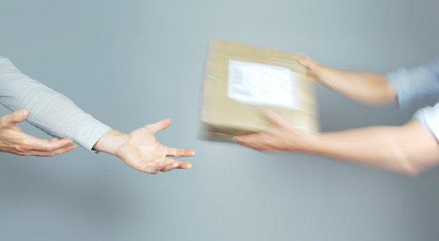 So soll es sein: Die Onlinekunden sollen einem die Pakete quasi aus den Händen reißen. Eine Google-Adwords-Kampagne kann für mehr Traffic im Onlineshop sorgen.