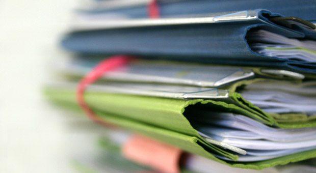"""Mit dem """"Zweiten Bürokratieentlastungsgesetz"""" will die Bundesregierung vor allem kleine Betriebe mit wenigen Mitarbeitern von unnötigem Papierkram befreien."""