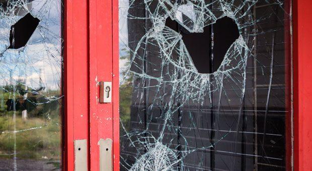 Die Fenster sind zerschlagen, Geräte und Wertgegenstände fehlen, Büros sind verwüstet - Einbrecher waren da. Jetzt ist es wichtig, einen kühlen Kopf zu bewahren und zunächst einmal die Polizei zu informieren.