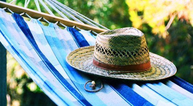 Sorry, Chef, bin in der Hängematte! Gegen diese Antwort sind Arbeitgeber in der Regel machtlos: Erreichbarkeit im Urlaub und nach Feierabend können sie nicht verlangen.