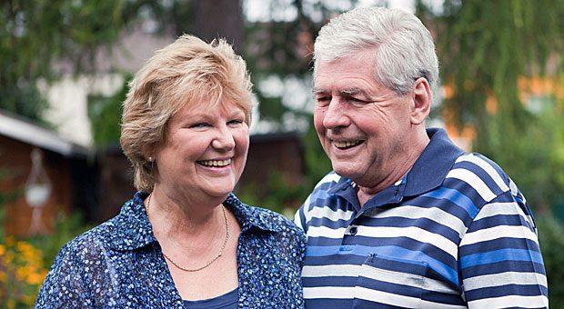 Diese beiden haben gut lachen: Wer im Alter gut versichert ist, kann den Ruhestand genießen.