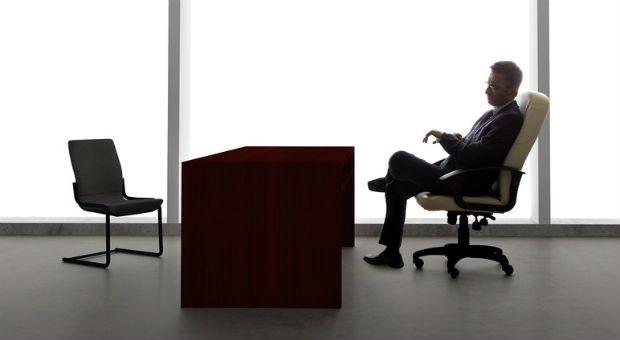 Der Chef wartet vergeblich. Ist ein Mitarbeiter krankgeschrieben, muss er nicht zum angesetzten Personalgespräch erscheinen.
