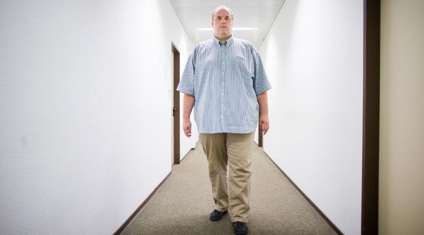 Hartmut H.  wiegt nach einer Kur  mittlerweile nun 188 Kilo. Der vorher 200 Kilo schwere Mann hat sich mit seinem langjährigen Arbeitgeber um die Kündigung gestritten.