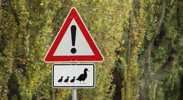 Wer Kündigungen verhindern will, sollte auf die Alarmzeichen achten. Leider sind die nicht immer ganz so offensichtlich wie dieses Achtung-Schild.