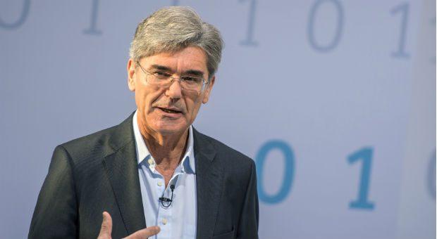 Auch Siemens-Konzernchef Joe Kaeser zeigt sich gelegentlich locker in Jeans und offenem Hemd und lässt die Krawatte im Kleiderschrank.