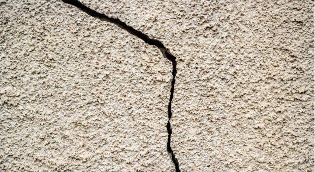 Auch wenn Mängel, wie Risse an der Wand, erst nach dem Einzug auftreten, können Eigentümer eine Nachbesserung verlangen.