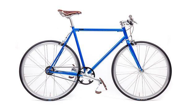 """Mika Amaro: In Köln entwickelt und designt die kleine Manufaktur ihre Urban Bikes. Die Leichtigkeit des Fahrens soll sich im Design der Fahrräder widerspiegeln, so die Gründer. Das hier gezeigte Modell """"Avid Blue"""" gehört zu den auffälligeren Rädern im Angebot: Mit einer 8-Gang-Schaltung und Riemenantrieb geht es beinahe lautlos durch die Stadt. Preis: 1599 Euro, mika-amaro.com"""