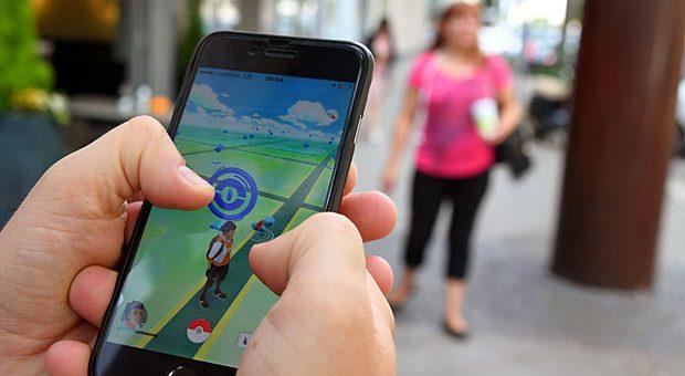 """""""Pokémon Go"""" als Verkehrsrisiko: Auf der anderen Straßenseite auftauchende Monster könnten Fußgänger dazu animieren, über die Straße zu laufen, ohne auf fahrende Autos zu achten, befürchtet der ADAC."""