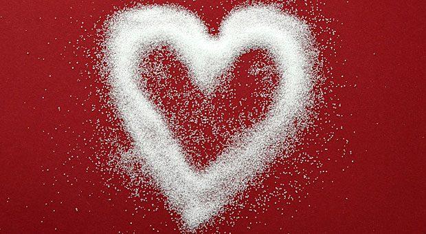Die Liebe zum Salz ist bei manchen Menschen groß: Doch zu viel kann zu erhöhtem Bluthochdruck führen und somit das Risiko für Herzinfarkt und Schlaganfall steigern.