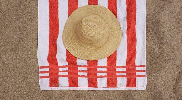Ab an den Strand? Viele Angestellte gehen lieber zur Arbeit und lassen ihren Urlaub verfallen. Der Urlaubsverzicht kann jedoch Folgen haben - auch für den Arbeitgeber.