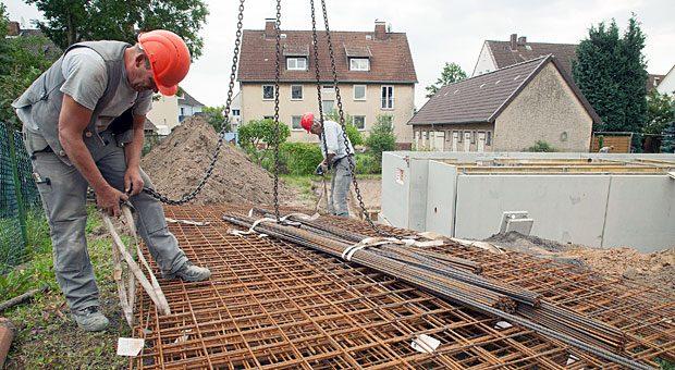 Sicherer Stand?  Unfälle gehören zu den Gefahren beim Hausbau. Doch es gibt Versicherungen, die im Schadensfall einspringen.