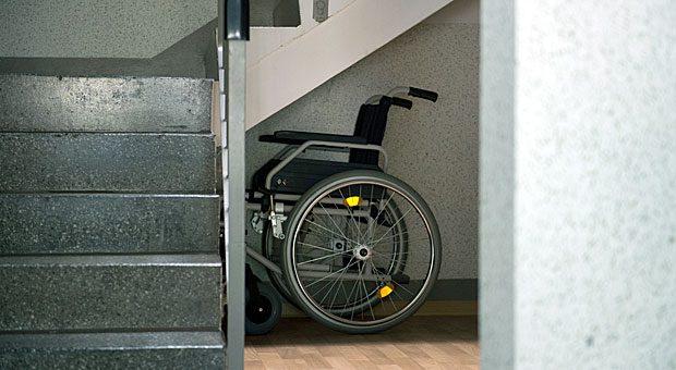 Wer auf den Rollstuhl angewiesen ist, muss seine Wohnung oft umbauen. Für solche Maßnahmen gibt es aber staatliche Förderung.