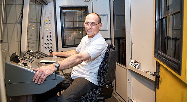 Treuer Mitarbeiter: In der U6 hat Zugführer Bernd Blank das Kommando. Seit 44 Jahren arbeitet er bei den Berliner Verkehrsbetrieben. Langweilig wird ihm seine Stammstrecke zwischen Tegel und Mariendorf trotzdem nicht.