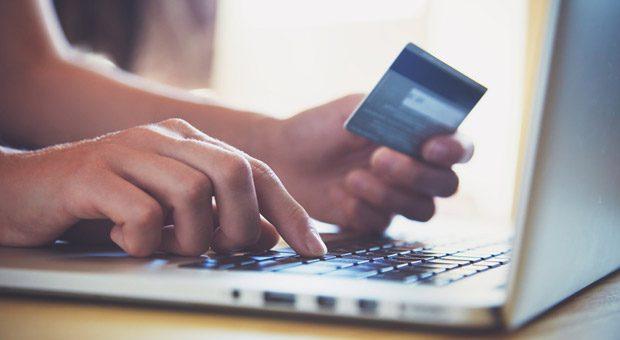 Bevor andere die Kreditkarte zücken, müssen Webshop-Betreiber erst einmal selbst investieren: Die Kosten eines Onlineshops liegen schnell im fünfstelligen Bereich.