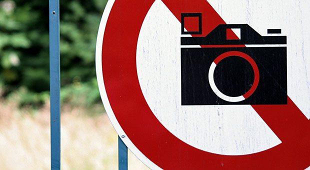 No photos!  Manche Bilder dürfen Sie bei Social Media nicht veröffentlichen - etwa weil Urheberrechte oder das Recht am eigenen Bild berührt werden.