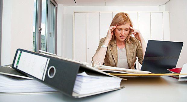 Kehrt ein Arbeitnehmer nach einem Burnout zurück, sollte man ihn beim Wiedereinstieg nicht mit zu viel Arbeit belasten.