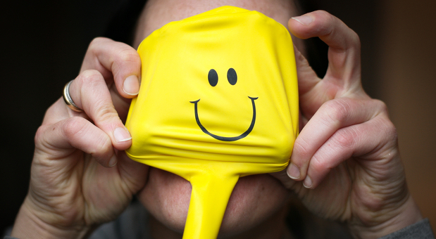 Immer schön lächeln! Ein gut gelaunter Chef spornt die Mitarbeiter an. Wer sich gerade nicht energiegeladen fühlt, sollte was für die Selbstmotivation tun.