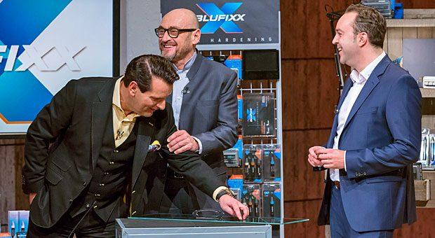 """""""Das soll halten?"""" Ralf Dümmel (links) und Jochen Schweizer (Mitte) wollen den Superkleber von Dinko Jurcevic (rechts) lieber selbst testen, bevor sie dem Gründer ein Angebot machen."""