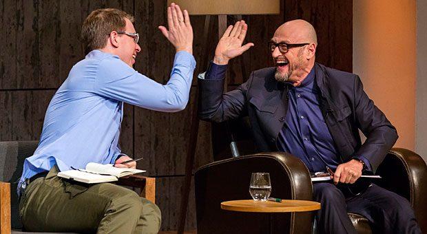 """High Five: Investoren Frank Thelen (links) und Jochen Schweizer klatschen sich ab. In der Auftaktfolge von Staffel 3 sicherten sich beide """"Löwen"""" Investments."""