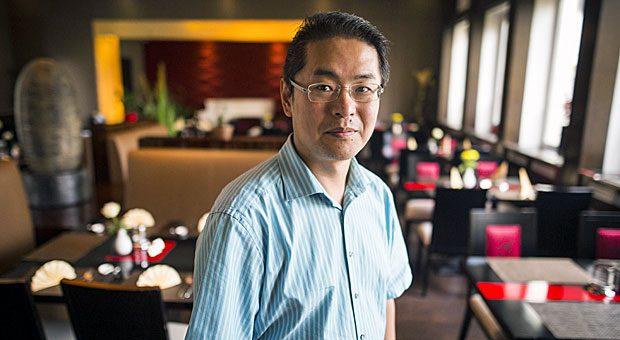 """Inhaber Guoyu Luan des Restaurants """"Yuoki"""" verlangt einen Euro, wenn seine Gäste die Teller nicht leer gegessen haben."""