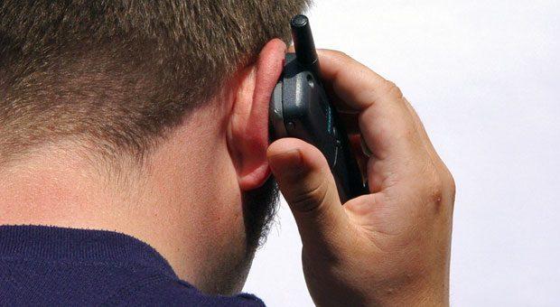 Hektisch, laut, schlechter Empfang: Wenn Büroarbeiter auf einer Messe sind, können diese zwar ihr Telefon aufs Handy umstellen. Die Schwierigkeiten löst das aber nur bedingt.