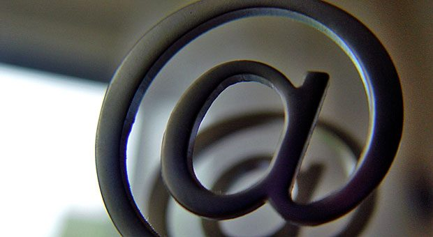 Vorsicht bei der Rechnungsstellung per E-Mail! Betrüger können sich in die Kommunikation einhacken und die Bankverbindung ändern.