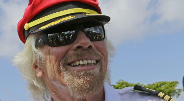 Kapitänsuniform und kurze Hosen: Richard Branson setzt sich immer wieder selbst in Szene, um sein Unternehmen zu stärken.