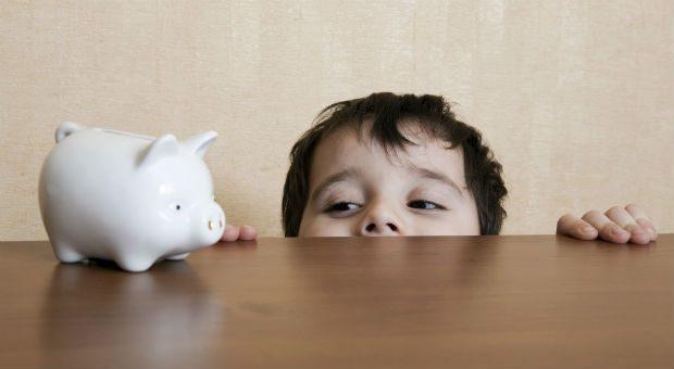 Bloß kein Sparschwein! Sonst bringt die Geldanlage für die Enkel keine Zinsen und durch die Inflation verliert das Ersparte an Wert.