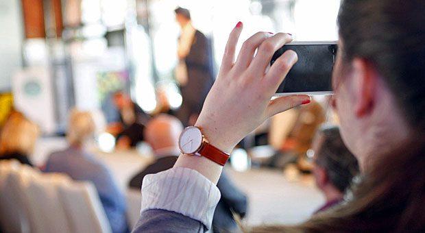 """Immer nah dran am Geschehen - Social-Media-Redakteurin Liske Jaax macht's vor: Auf der impulse-Konferenz """"Wachstum! Intelligent spezialisieren"""" macht sie mit dem Smartphone Fotos für Facebook und Twitter."""