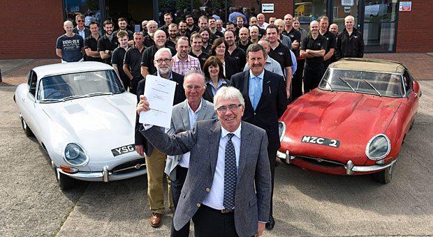 """Gründer Peter Neumark (vorn) mit der Belegschaft von """"Classic Motor Cars""""."""