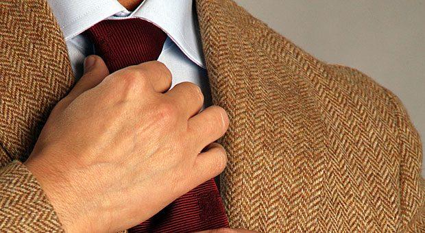"""Sie lieben Ihren braunen Anzug? Dann haben wir schlechte Nachrichten für Sie: Wenn Sie die gängigen Dresscodes beachten, gilt nach 18 Uhr: """"No brown in town""""."""