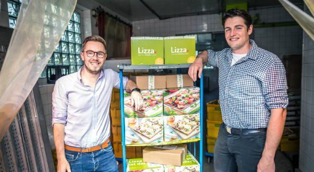 """Mit siegessicherem Lächeln: Marc Schlegel (li.) und Matthias Kramer (re.), die Gründer der Lowcarb-Pizza Lizza, schlugen bei """"Die Höhle der Löwen"""" das Angebot der Investoren aus - und erhielten trotzdem Kapital."""