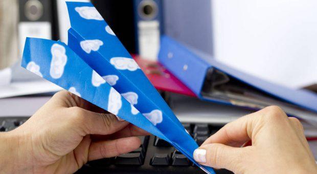 Wenn Mitarbeiter nach dem Urlaub am liebsten wieder davonfliegen würden, helfen ein paar kleine Dinge, um ihre Motivation nach dem Urlaub zu verbessern.