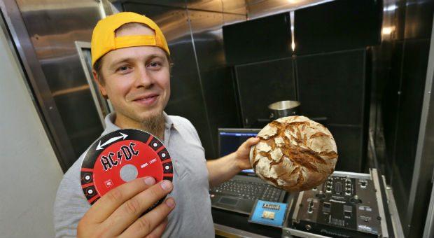 Bäckermeister Axel Schmitt beschallt seinen Sauerteig sechzehn Stunden mit Musik um die Auswirkung des Schalles auf die Reifung zu untersuchen.