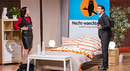 Judith Williams und Ralf Dümmel probierten den Anti-Schnarch-Protektor gleich mal aus. Die Erfindung mag zwar für eine ruhigere Nacht sorgen - den Sexappeal, stellte Williams fest, erhöht der Buckel auf dem Rücken aber nicht.