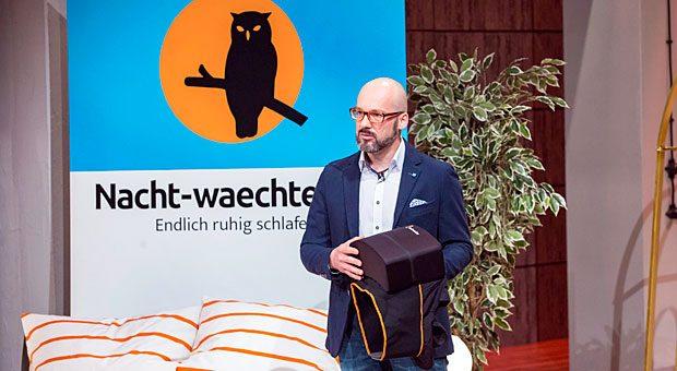 """Gründer Marcus Ruoff hat den Nachtwaechter erfunden: einen Protektor, den man sich auf den Rücken schnallt und so die Rückenlage verhindert. In der TV-Show """"Die Höhle der Löwen"""" konnte er mit der Idee Investor Ralf Dümmels überzeugen."""