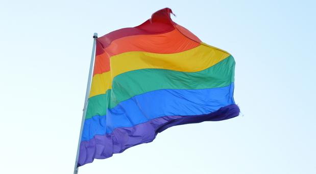 Die Regenbogenfahne dient als Symbol für Toleranz und Vielfältigkeit. Seit den 70er Jahren ist sie auch ein schwul-lesbisches Symbol.
